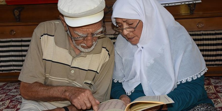 82'sinde Kur'an öğrendi, şimdi de eşine öğretiyor
