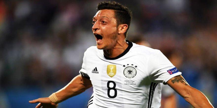 Almanya tarihine geçti! Mesut bunu da başardı
