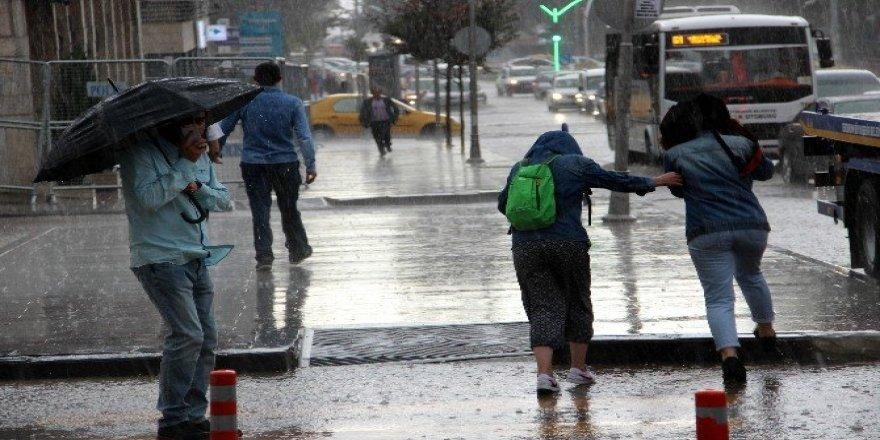 Erzurum'da sağanak yağmur su baskınlarına neden oldu