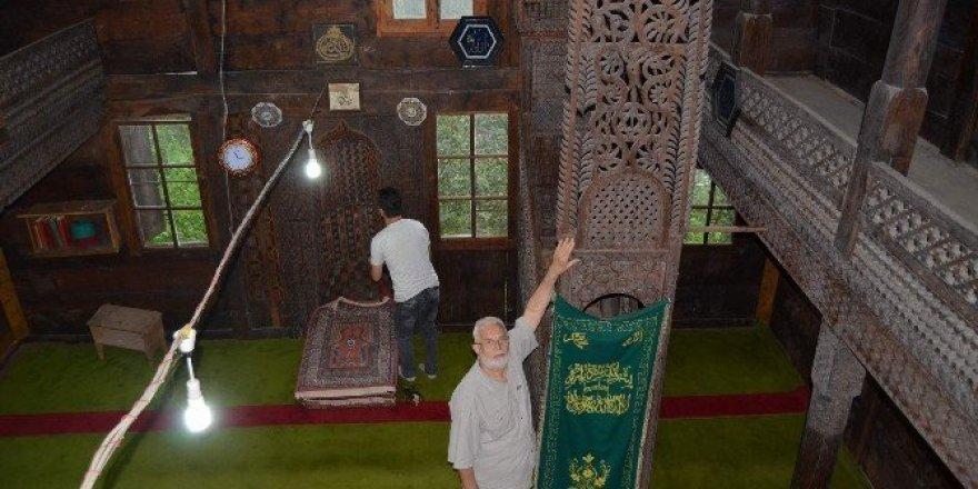 Tarihi cami ilgi bekliyor