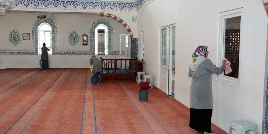 Başiskele'de camiler bayrama hazırlanıyor