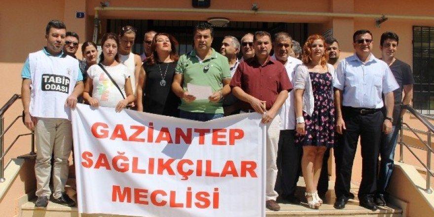 Sağlıkçılar doktora şiddeti protesto etti