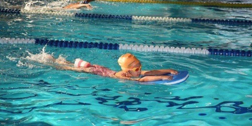 700 çocuk daha yüzme öğrendi