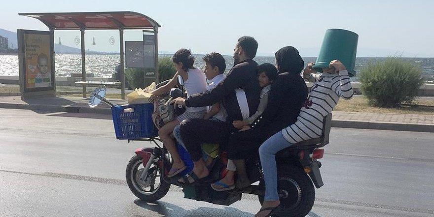 Motosiklette 6 kişilik tehlikeli yolculuk