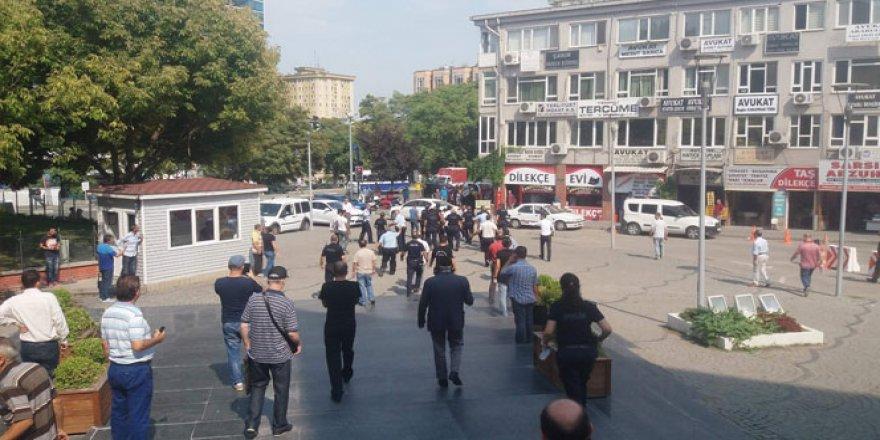 Adliye karıştı, polis grubu dağıtmak için havaya ateş etti