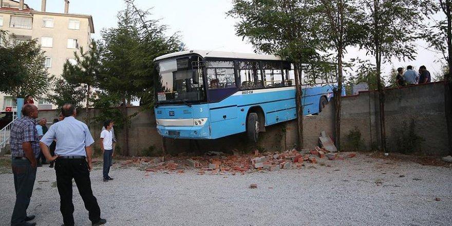 Kaza yapan halk otobüsü apartmanın bahçesine girdi