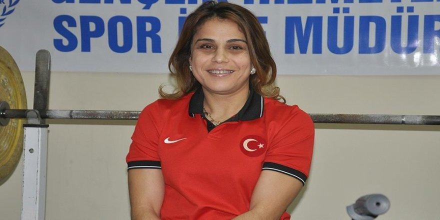 Milli halterci Nazmiye Muratlı'dan altın madalya