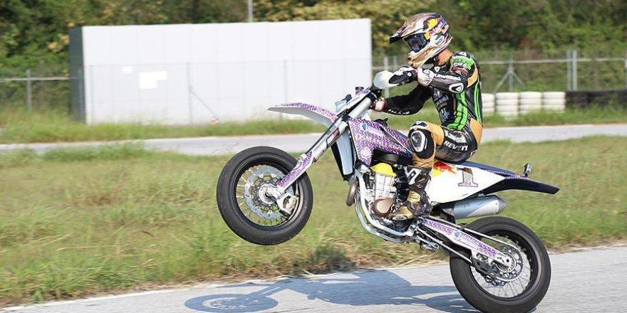 Kenan Sofuoğlu motosikletini ısıtıyor