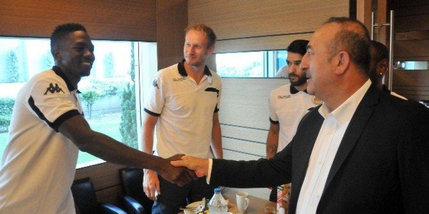 Bakan Çavuşoğlu, Alanyaspor'un kampını ziyaret etti