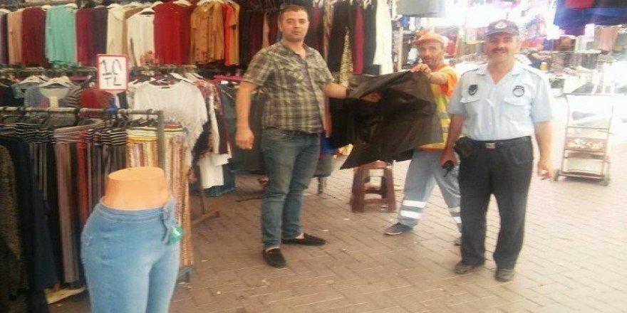 Pazarcılara çöp poşeti dağıtılıyor