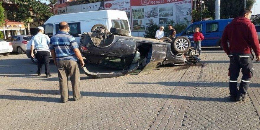 Bartın'da otomobil akaryakıt istasyonuna daldı: 2 yaralı