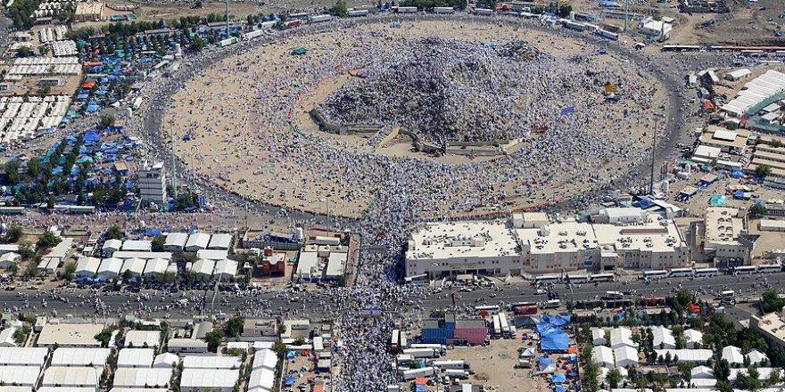 Milyonlarca hacı adayı Arafat Vakfesi'ni yaptı