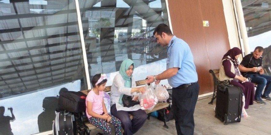 Bozüyük Belediyesi'nden şehirlerarası yolculara lokum ve gül suyu ikramı