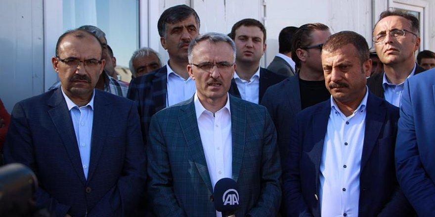 Maliye Bakanı Ağbal 10 evin yandığı köyü ziyaret etti