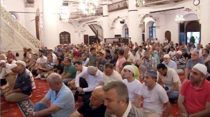 İzmir'de vatandaşlar bayram namazı için camilere akın etti