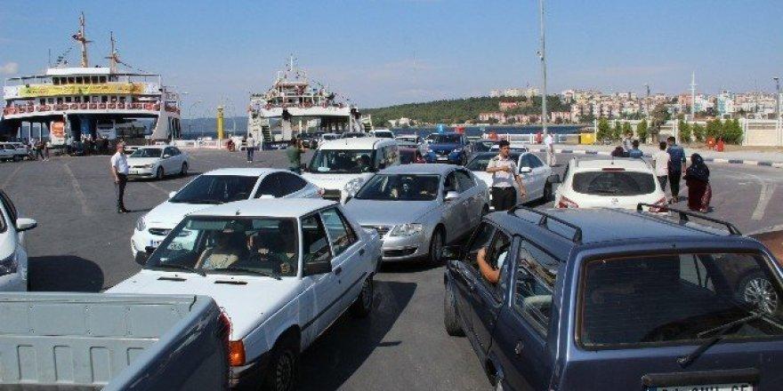 Çanakkale'de feribot iskelesinde bayram yoğunluğu