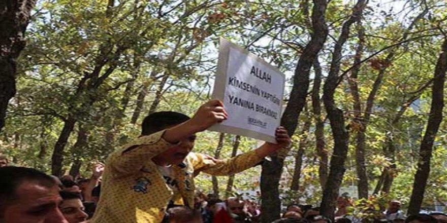 AK Partili Budak'ın oğlundan terör örgütü PKK'ya pankartlı mesaj