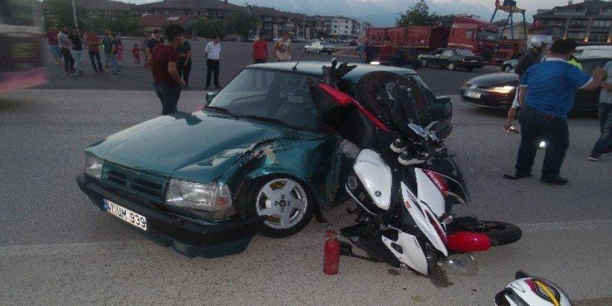 Gelin arabasının önünü kesmek isteyen otomobil kazaya neden oldu