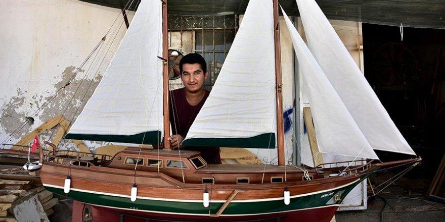 Boyundan büyük tekne maketi yaptı
