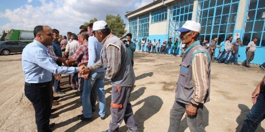 Başkan Özaltun,  belediye çalışanlarıyla bayramlaştı