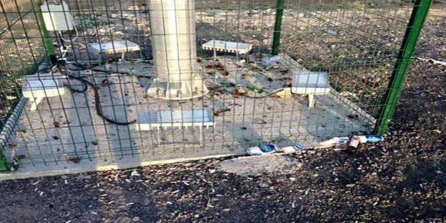 Türk Bayrağı asılı olan direğin dibine alkol şişesi kırdılar