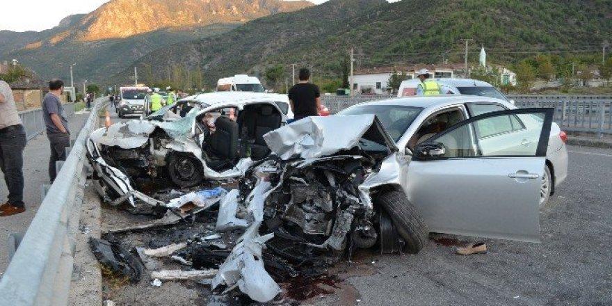 Karşı şeride geçen otomobil iki araca çarptı: 7 yaralı