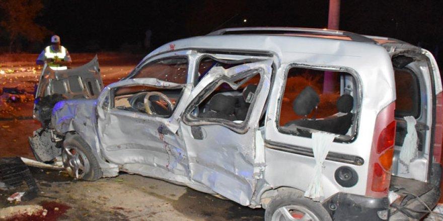 Hafif ticari araç takla attı: 1 ölü, 7 yaralı