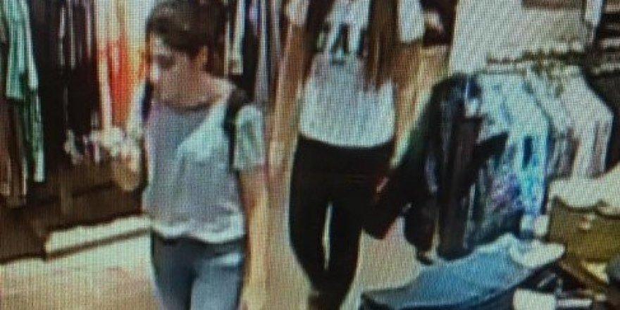 2 genç kız 30 saniyede 6 parça kıyafet çaldı