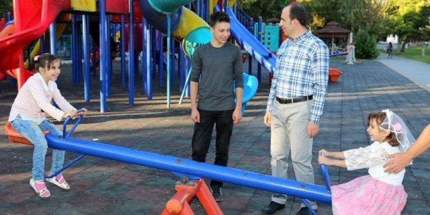 Başkan Altay, parklardaki vatandaşlar ve çocuklarla bir araya geldi