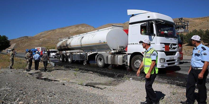 Tankerin alev alan lastiklerini trafik polisleri söndürdü