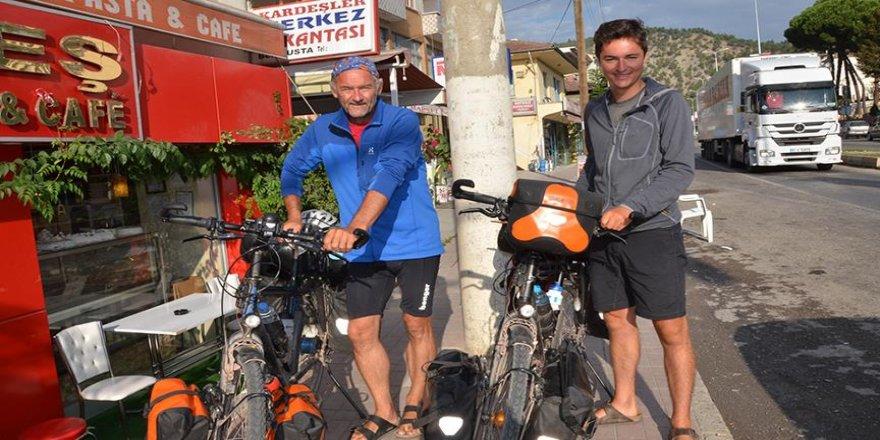 Hollandalı baba oğul bisikletle Hindistan yolunda