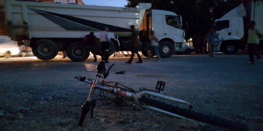 Kamyonun altında kalan bisikletli çocuk ağır yaralandı