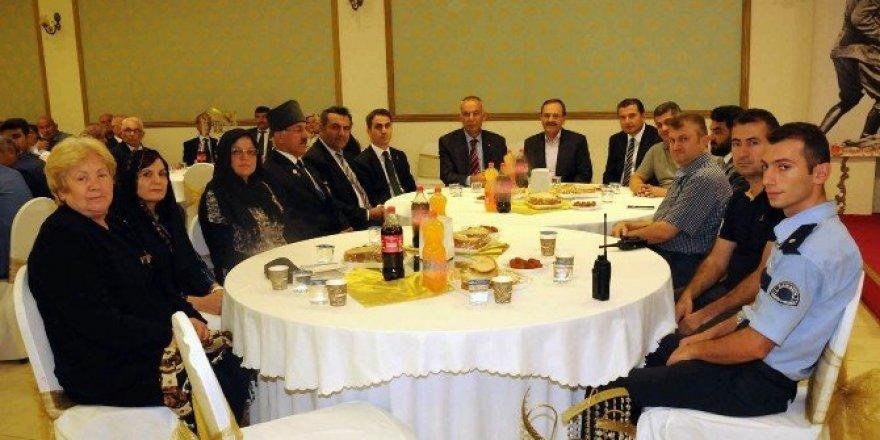 Başkan Şahin, gaziler ve şehit ailelerini yemekte ağırladı
