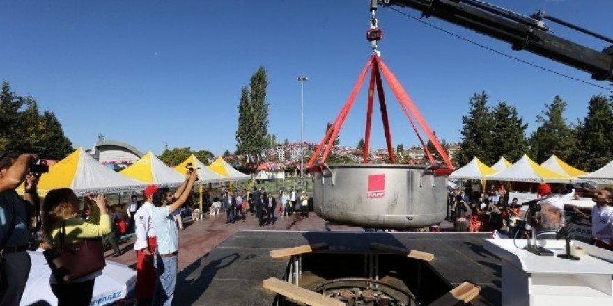 Gaziantep, dünya barışı için 3 ton 192 kilo aşure pişirdi