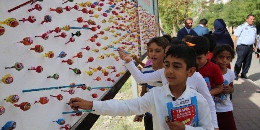 Öğrencilere billboardlarda kalem ve şeker sürprizi