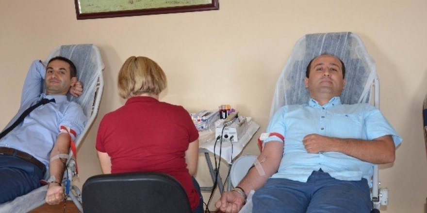 Kızılay ziyaret etti, personel kanını bağışladı