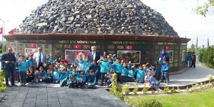 Minik öğrenciler 15 Temmuz şehitler anıtını ziyaret etti