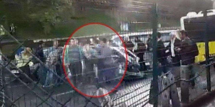 Şoföre şemsiyeyle saldıran kişinin gözaltına alınması kamerada