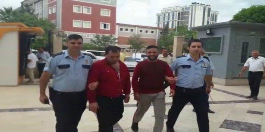 Uyuşturucu satıcısı adliyeye gülerek girdi
