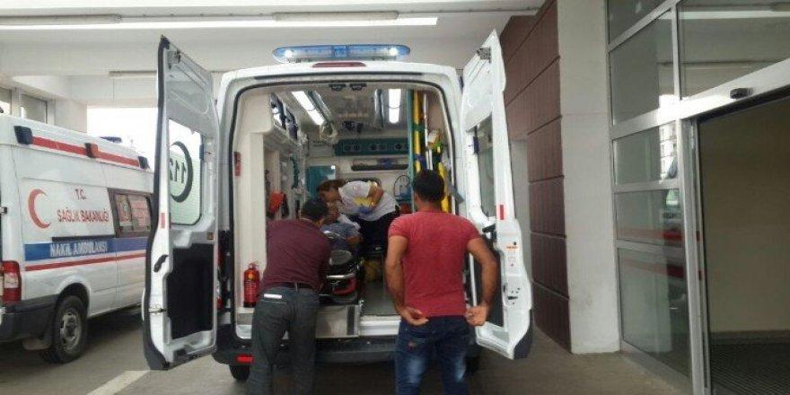 Çöp kamyonundan düşen temizlik personeli yaralandı