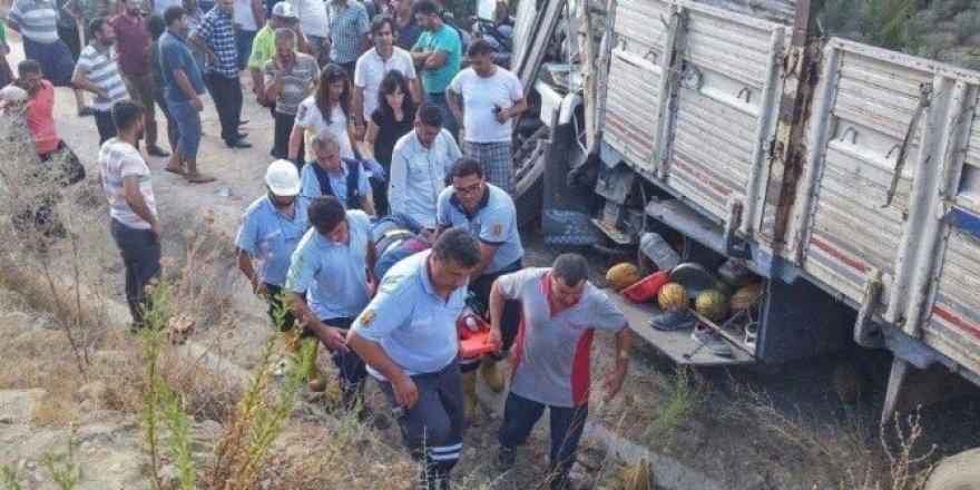Kavun yüklü kamyon şarampole uçtu: 1 yaralı