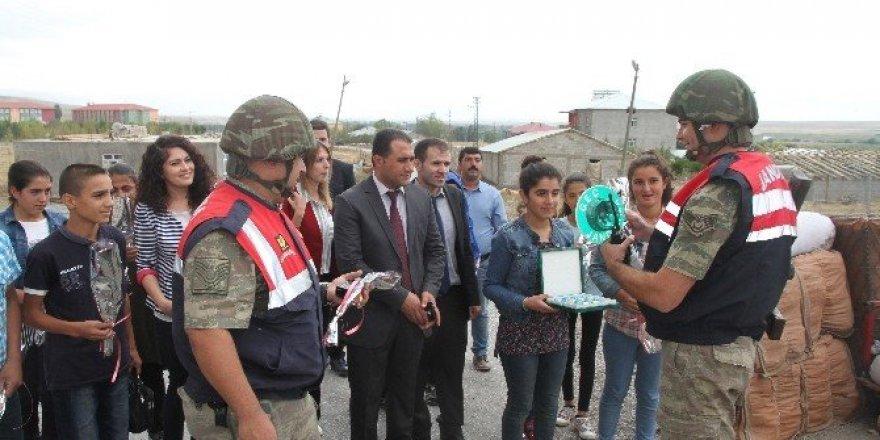 Kız öğrencilerden, görev başındaki Mehmetçik ve polise anlamlı ziyaret