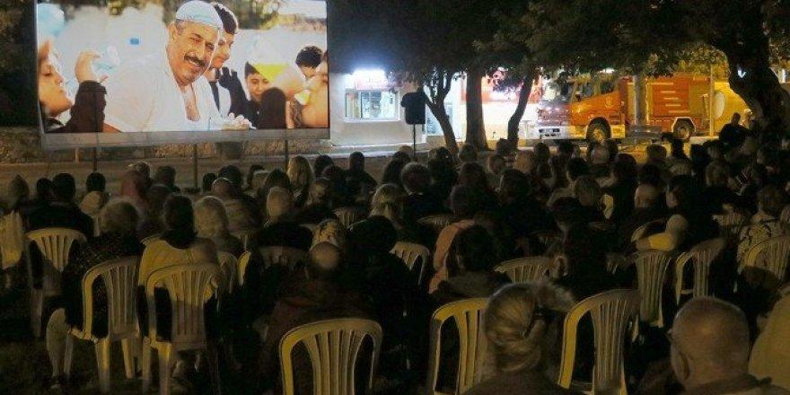 Yüzlerce vatandaş açık havada 'İftarlık Gazoz' filmini izledi