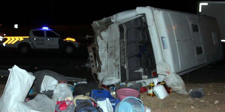 Suriyelileri taşıyan midibüs, tırla çarpıştı: 25 yaralı