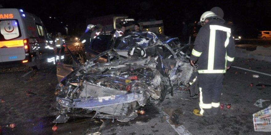 Konya'da kamyon otomobile çarptı: 2 ölü, 1 yaralı