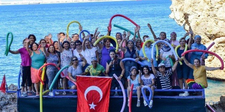 Muratpaşalılar denizde su jimnastiği yaptı