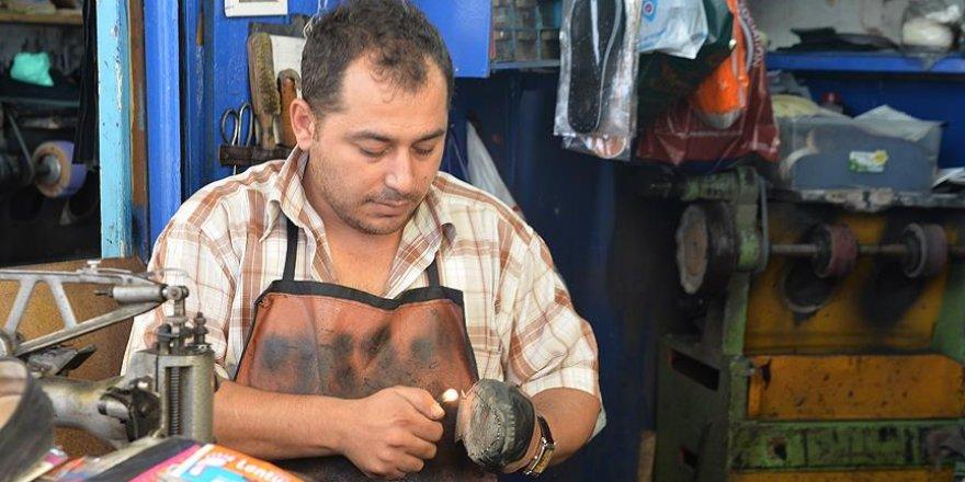 Öğretmen olamayınca ayakkabı tamircisi oldu