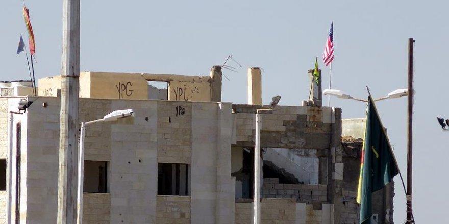 """PYD """"karargahı""""ndaki ABD bayrağı yerinde duruyor"""