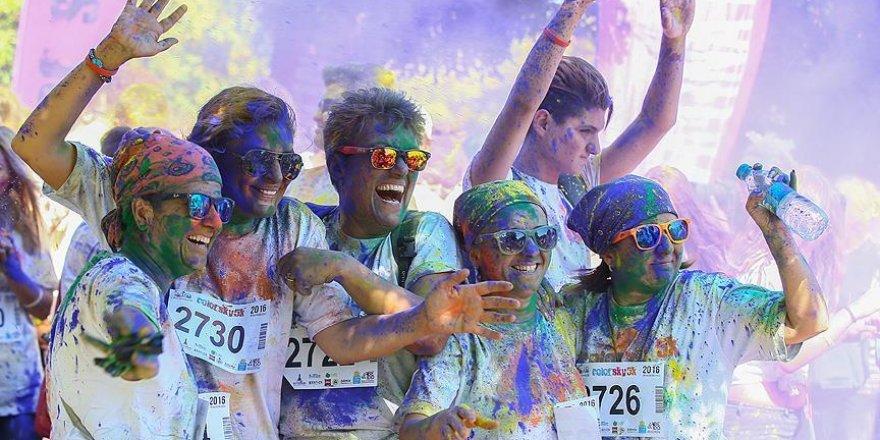 İzmir'de 'renkli koşu' festivali düzenlendi