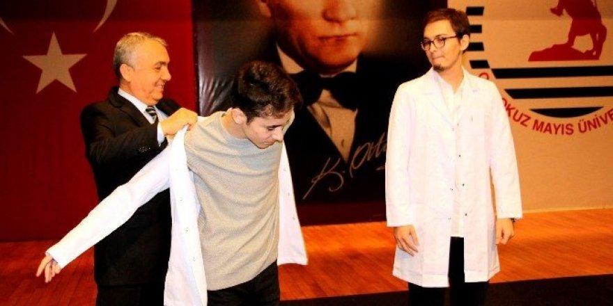 Doktor adayları beyaz önlük giydi